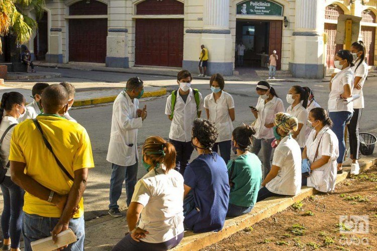 Doctors and medical students, who carry out screenings in Havana to detect possible suspected cases of COVID-19. Photo: Otmaro Rodríguez.