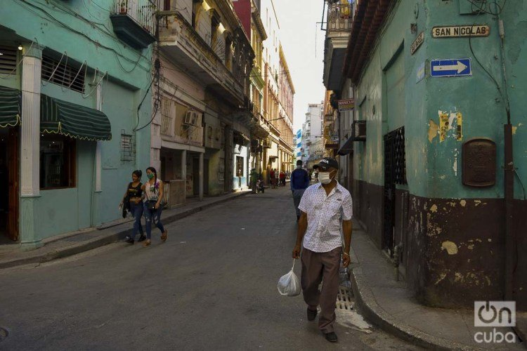 People using facemasks in Havana as a protection measure against the coronavirus pandemic. Photo: Otmaro Rodríguez.