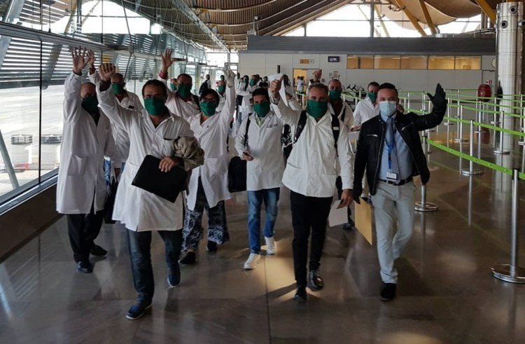A brigade made up of 39 Cuban health professionals arrived today, March 29, in Madrid, on their way to Andorra, where they will offer their support in the fight against the COVID-19 pandemic. Photo: @Gustavo Machín / Facebook