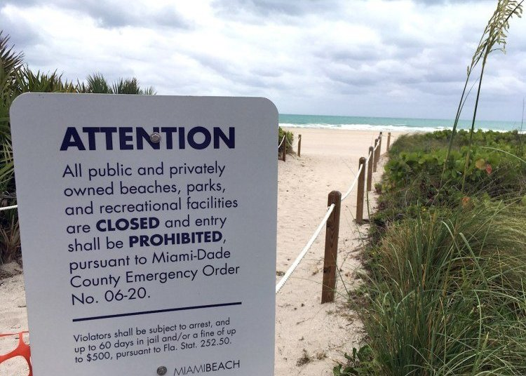 A sign announces the closure of the beach this May 14, 2020 in Miami Beach, Florida. Photo: Ivonne Malaver/EFE.