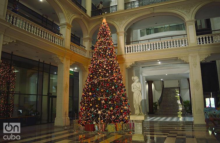 Árbol navideño en la Lonja del Comercio de La Habana. Foto: Otmaro Rodríguez.