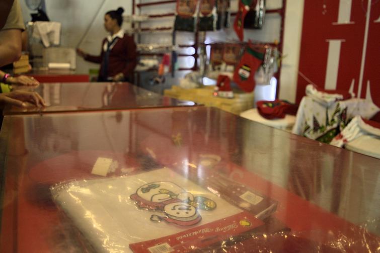 Las tiendas estatales venden cada vez más artículos de Navidad en La Habana. Foto: Otmaro Rodríguez Díaz.