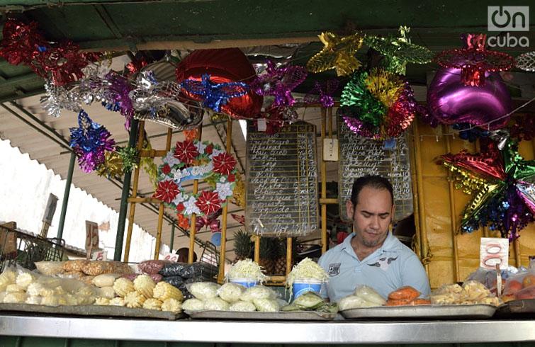 Puestos de venta adornados por la Navidad. Foto: Otmaro Rodríguez.