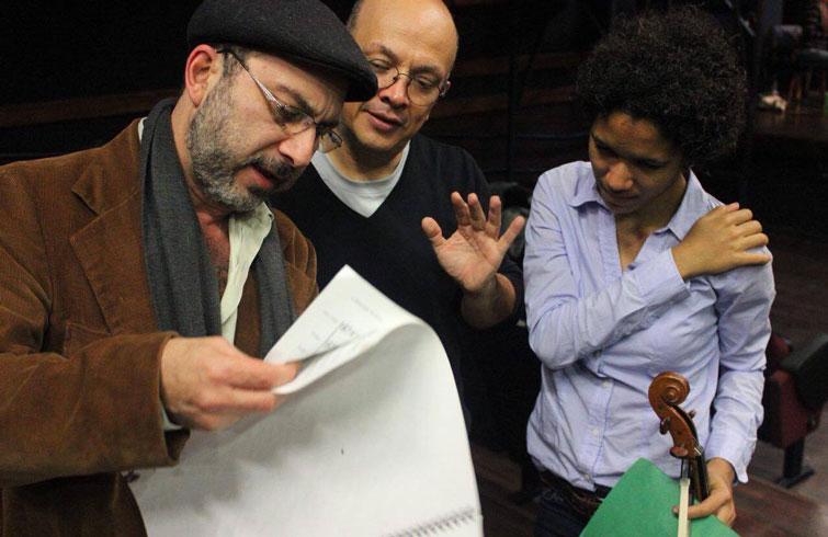 Winnie Camila junto al compositor Carlos Castro (izquierda) y el director Eddie Mora. Foto: Cortesía de Winnie Camila Berg.