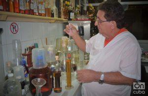 Lo primero que le impresiona a Javier de un ron es su brillo, la transparencia, el color. Foto: Glendy Hernández.