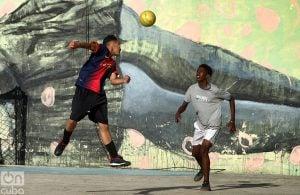 Los jugadores se visten con camisetas de clubes extranjeros como el Barcelona. Foto: Otmaro Rodríguez.
