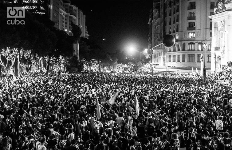 En Río de Janeiro 100 mil personas inundan la calle frente al edificio del poder legislativo estadual y marchan hasta la puerta de la cámara municipal de la ciudad, donde la concejal trabajaba. Foto: Nicolás Cabrera.
