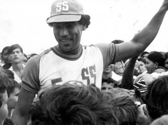 Muñoz con el uniforme de Sancti Spíritus junto a aficionados de los Gallos. Foto: Escambray.