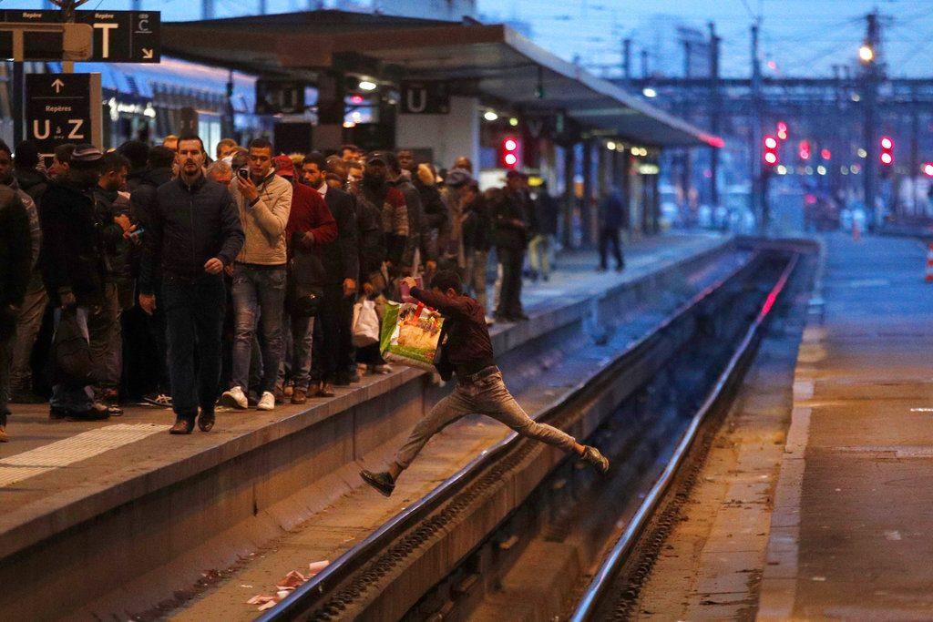 Un pasajero cruza las vías del tren de un salto durante la hora punta en la estación Gare de Lyon de París, durante una jornada de huelga masiva convocada por un sindicato, el 3 de abril. Foto: Francois Mori / AP.