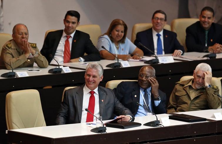 Díaz-Canel (izq-delante) escucha junto a otros integrantes del Consejo de Estado el discurso de Raúl Castro en la Asamblea Nacional. Foto: Alejandro Ernesto / Pool / EFE.