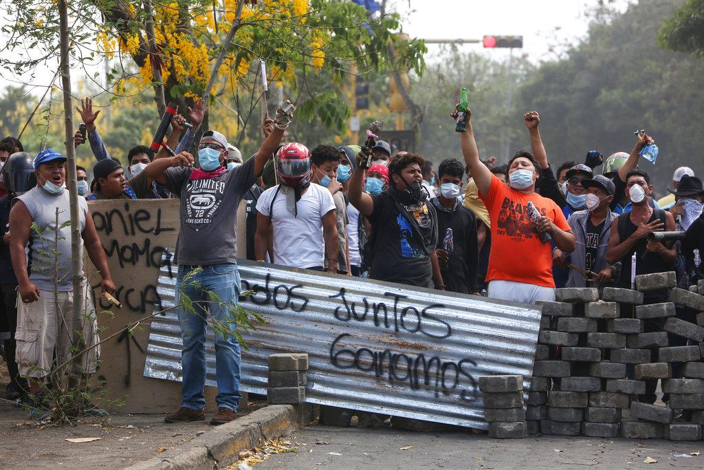 Un grupo de manifestantes lanza consignas tras bloquear una calle en un confrontamiento con las fuerzas de seguridad cerca de la Universidad Politécnica de Nicaragua (UPOLI) en Managua, Nicaragua, el sábado 21 de abril de 2018. Foto: Alfredo Zuniga/AP.