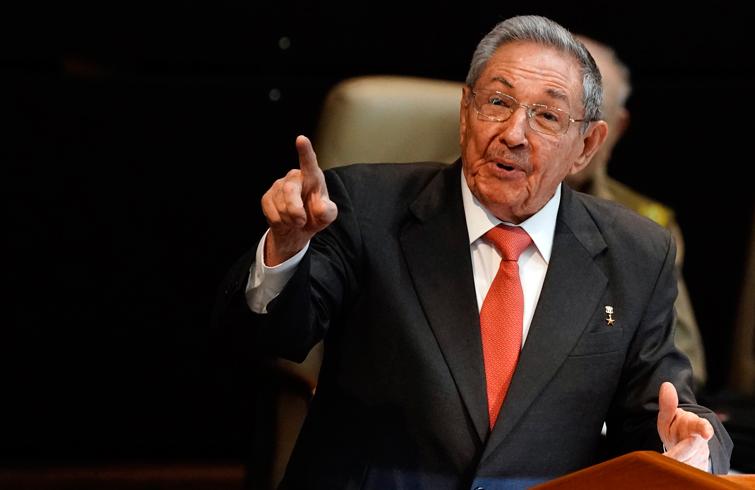 Raúl Castro durante su discurso en la Asamblea Nacional. Foto: Ramón Espinosa / Pool / EFE.