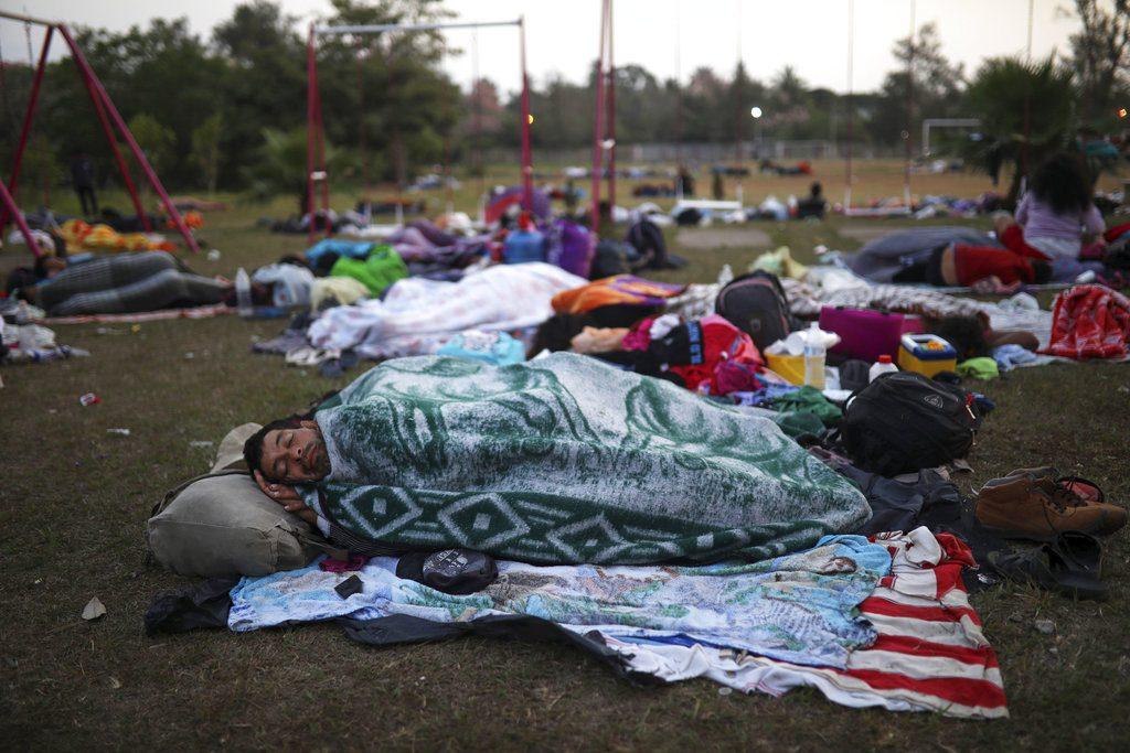 """Migrantes centroamericanos que viajaban en la caravana anual """"Estaciones de la cruz"""" duermen al aire libre en el club deportivo Matías Romero, estado de Oaxaca, México, abril de 2018. Foto: Félix Márquez / AP."""