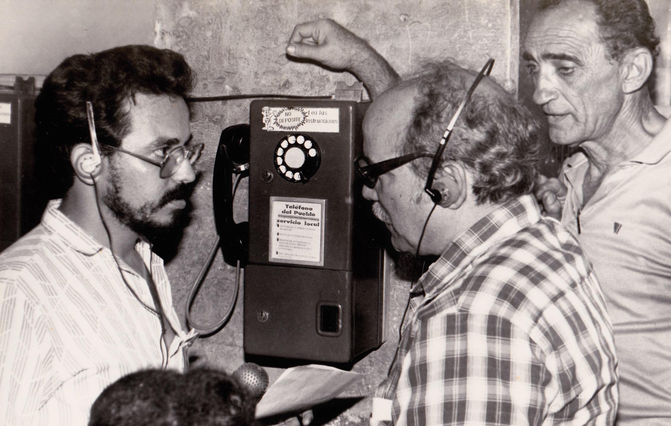 A la izquierda, Juan Carlos Roque haciendo El Móvil La Calle de Rebelde.