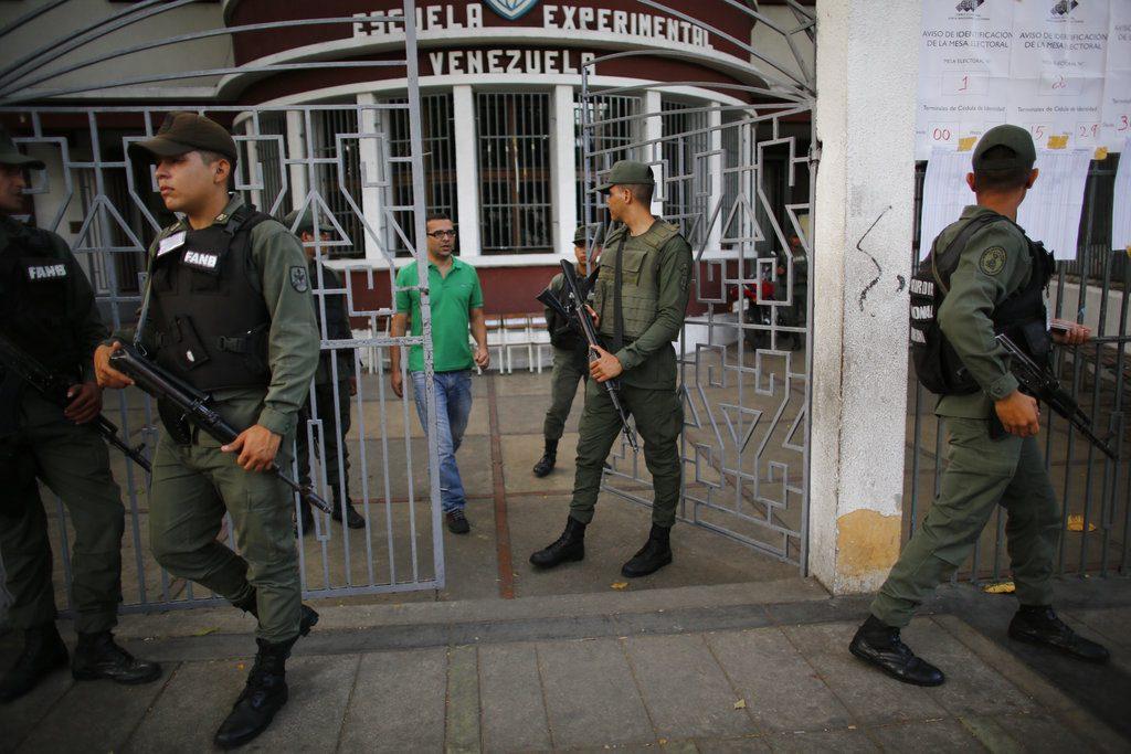 Miembros de la guardia nacional de Venezuela resguardan un centro electoral durante los comicios presidenciales en Caracas, Venezuela, el domingo 20 de mayo de 2018. Foto: Ariana Cubillos / AP