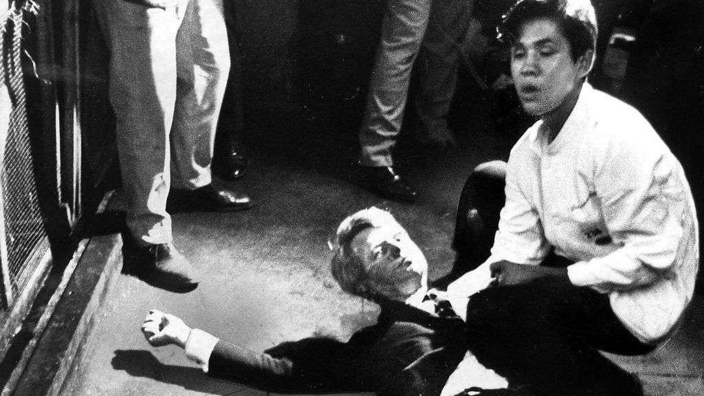 Bobby Kennedy asistido por el mexicano Juan Romero en el Hotel Ambassador. Foto: Boris Yaro Los Angeles Times.