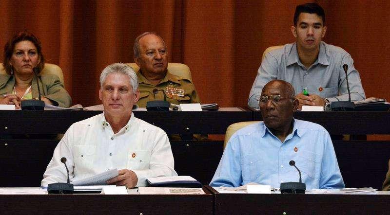 El presidente cubano, Miguel Díaz-Canel, y el primer vicepresidente de los Consejos de Estado y de Ministros, Salvador Valdés Mesa, en la sesión de la Asamblea Nacional de hoy. Foto: Marcelino Vázquez / EFE.