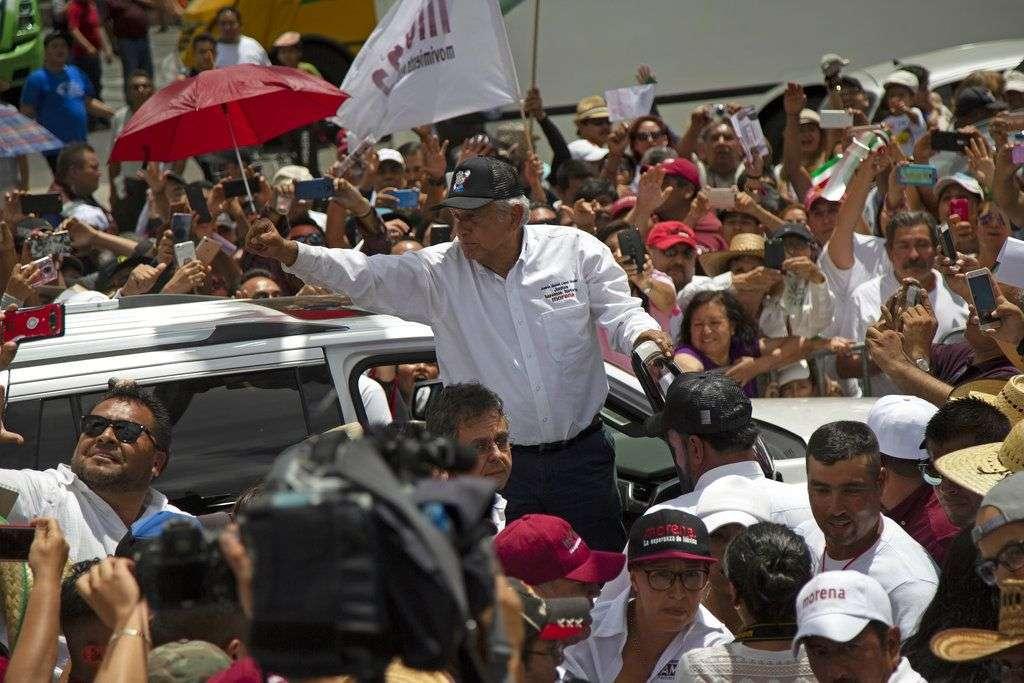 El candidato a la presidencia de México, Andrés Manuel López Obrador habla a sus seguidores en un acto de campaña en la Ciudad de México, el 3 de junio de 2018. Foto: Anthony Vazquez / AP.