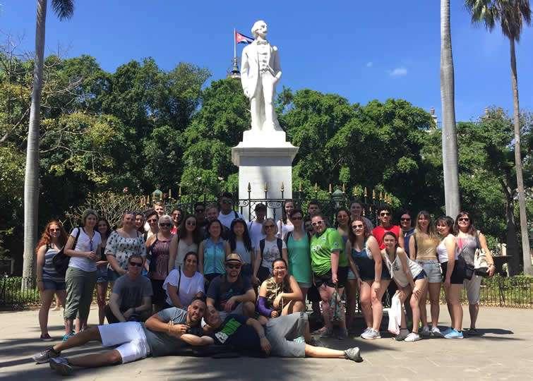 En la Plaza de Armas, a los pies de la estatua a Carlos Manuel de Céspedes, los alumnos de Carlos Lazo se hacen una foto de familia en Cuba. Foto: Cortesía del entrevistado.
