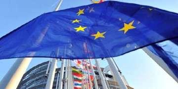 La bandera de la Unión Europea ondea enfrente de la misión de la UE en Moscú, Rusia. Foto: Pavel Golovkin / AP.