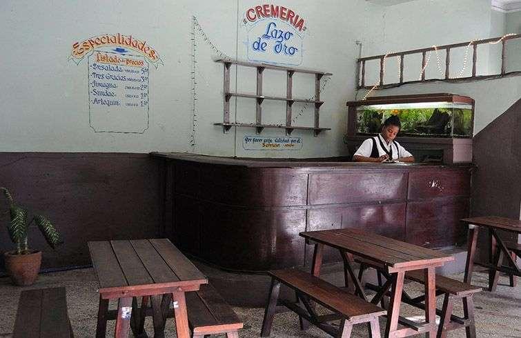 El desabastecimiento que sufren algunas de estas cafeterías las convierte en una fuente de pérdidas económicas para el gobierno / Foto: Raquel Pérez.