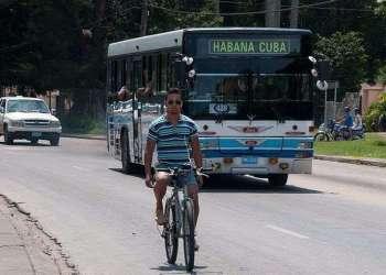 Nunca el transporte de pasajeros ha funcionado bien en Cuba, ni siquiera cuando contaban con la ayuda soviética / Foto: Raquel Pérez.