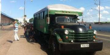 La mayor parte de los cubanos que viven en pueblos se trasladan a las ciudades en estos camiones, sin las condiciones mínimas de seguridad / Foto: Raquel Pérez.