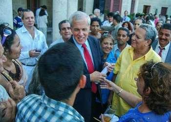 Jefe diplomático de los EE.UU. en Cuba rodeado de disidentes, a los que Washington financia con 20 millones de dólares anuales / Raquel Pérez.