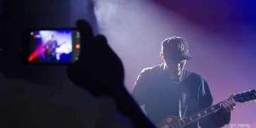 Josh Klinghoffer, guitarrista de los Red Hot Chili Peppers, durante una actuación en Fábrica de Arte Cubano en 2015. Foto: Claudio Pelaez Sordo.