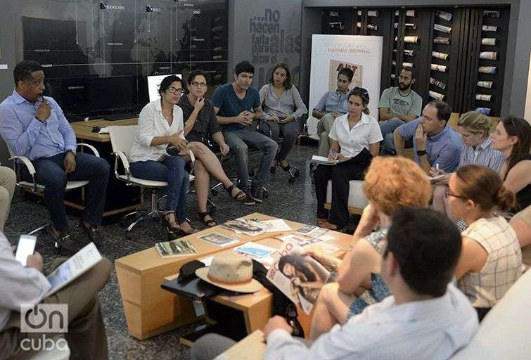 El equipo de OnCuba intercambia con una delegación empresarial norteamericana. Foto: Alain L. Gutiérrez