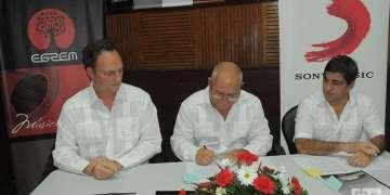 En la firma del acuerdo ayer en La Habana. Foto: Roberto Ruiz