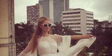 Paris Hilton se fotografió en marzo de 2015 en La Habana. Al fondo, el Hotel Habana Libre, antes Habana Hilton administrado por su familia.