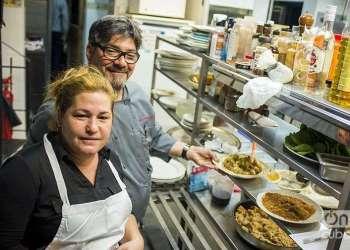 Niurys Higueras, propietaria del restaurate Atelier junto a Douglas Rodríguez durante la preparación de una cena en La Habana / Foto: Alain L. Gutiérrez Almeida
