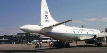 Avión de reconocimiento ¨cazahuracanes¨ P-3 de la NOAA, después de aterrizar en el aeropuerto internacional ¨José Martí de La Habana, en 1999.