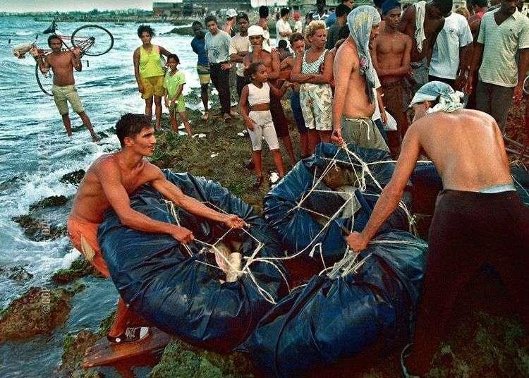 La crisis de los balseros en 1994 fue uno de los episodios de más emigración por esta vía. Últimamente, a pesar del fin de la política de pies secos pies mojados, la tendencia a emigrar ilegamente por mar está regresando.