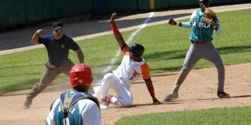 Jugada en tercera base, durante el primer juego de la VL Serie Nacional de Béisbol, entre los equipos de la Isla de la Juventud y Villa Clara, en el estadio Augusto César Sandino, en la ciudad de Santa Clara, provincia de Villa Clara, Cuba, 31 de agosto de 2015.    AIN   FOTO/ Arelys María ECHEVARRÍA RODRÍGUEZ/Cubahora