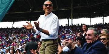 El presidente Barack Obama y el presidente Raúl Castro aplauden una carrera de los Rays de Tampa Bay contra la selección de Cuba en el Estadio Latinoamericano de La Habana, Cuba, 22 de Marzo 2016. Foto: Pete Souza / Casa Blanca
