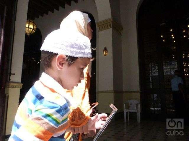 Niño entrando a la mezquita de La Habana Vieja. Musulmán cubano con el Corán. Foto: Ángel Marquéz Dolz