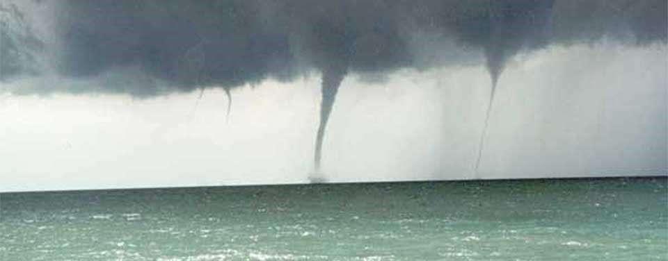 Familia de Tromba Marina similar a la ocurrida en Caimito. Se observan rabos de nubes o trombas en formación, una plenamente desarrollada y otra tocando ya en mar.