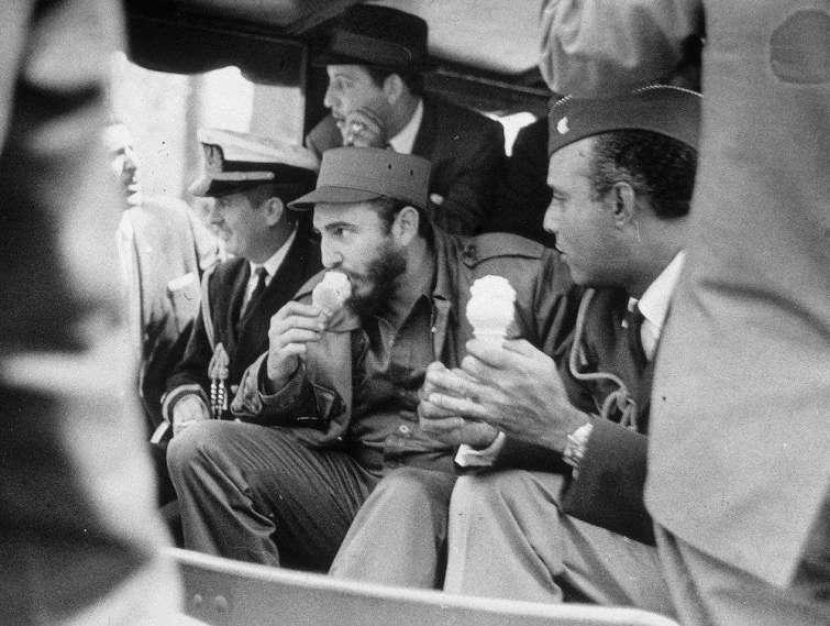 Fidel toma un helado en el Zoológico del Bronx. Foto: Meyer Liebowitz.