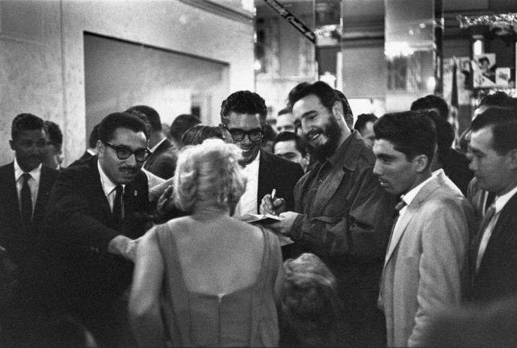 Fidel Castro conversa con periodistas en el Hotel Theresa, distrito de Harlem, 1960, a donde llegó el 20 de septiembre.Foto: Henri Cartier-Bresson.