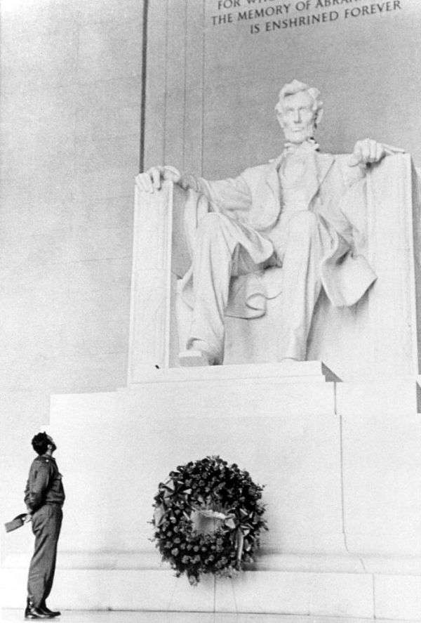 19 de abril. Fidel rinde honores a Lincoln ante el Mausoleo en Washington.