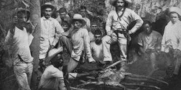 Mambises preparan un lechón asado. Cuba, 1896. Foto tomada de Memorandum Vitae.