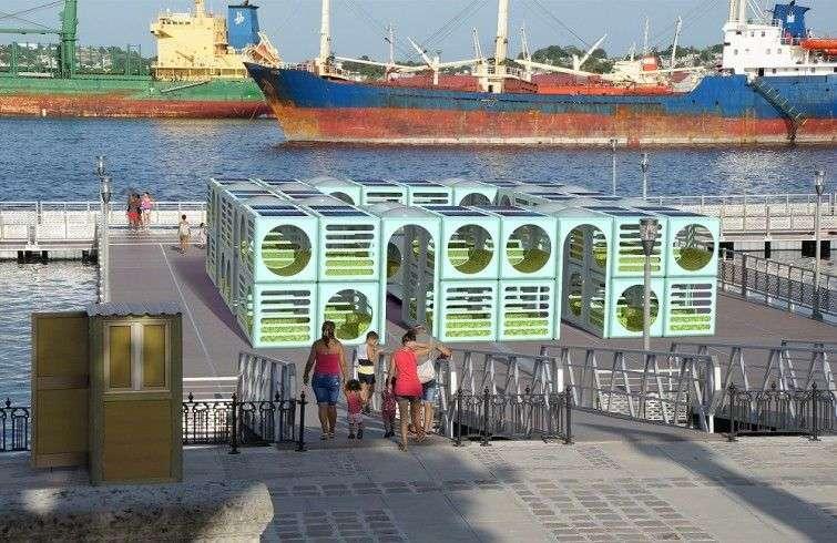 Parawifi model. Avenida del Puerto's floating promenade, Old Havana.