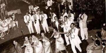 Cabaret Venecia, Santa Clara. 1958. Cuarteto D'Aida . Moraima Secada, Haydée Portuondo, Leonora Rega y Omara Portuondo. Orquesta dirigida por Augusto Suero. Aida Diestro al piano. Al fondo, Cascarita.