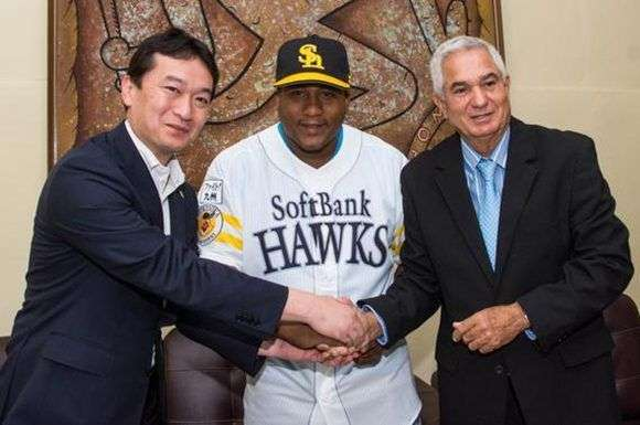 Sugihiko Mikasa (izquierda), vicepresidente del Fukuoka SoftBank Hawks, Alfredo Despaigne (al centro) e Higinio Vélez estuvieron en la firma del pelotero con el club japonés. Foto: Marcelino Vázquez.