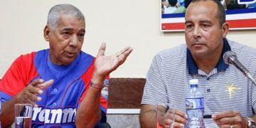 Yosvani Aragón (derecha), comisionado interino del béisbol cubano, junto a Carlos Martí, manager del equipo Granma y la selección nacional. Foto: Roberto Morejón/Jit.