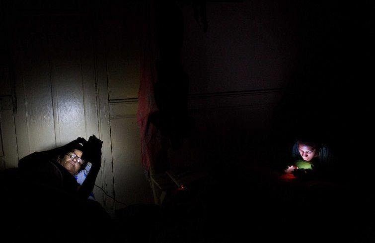 Liset y Marta revisan su cuenta de Facebook en Lima, Perú, después de casi 40 horas en carretera. Foto: Lisette Poole.