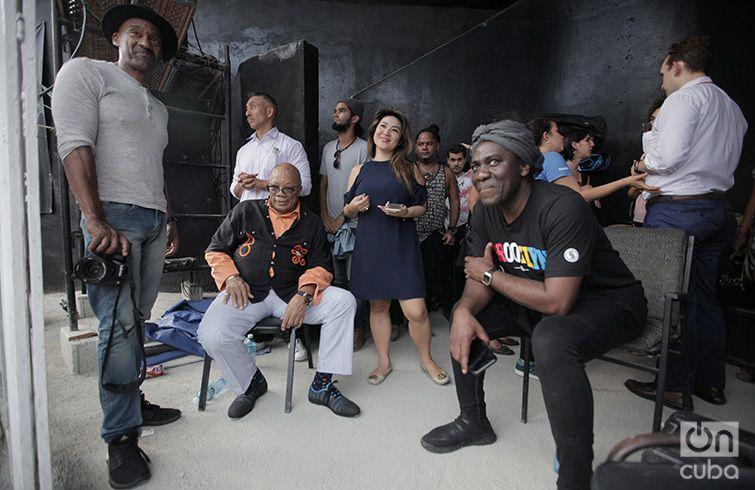 Marcus Miller, Quincy Jones y Richard Bona tras el concierto de Esperanza Spalding en el Anfiteatro de Guanabacoa. 28 de abril de 2017. Foto: Gabriel Guerra Bianchini.