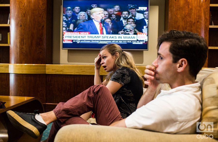 Los estadounidenses Grace Azmitia y Jono Matusky, de NGOs en Cuba, reaccionan a los anuncios de Trump en el hotel Parque Central, La Habana. Foto: Lisette Poole.